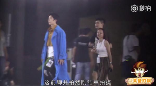 ▲井柏然穿了三層衣服配長褲拍攝廣告。(圖/翻攝自「大聖打娛」微博)