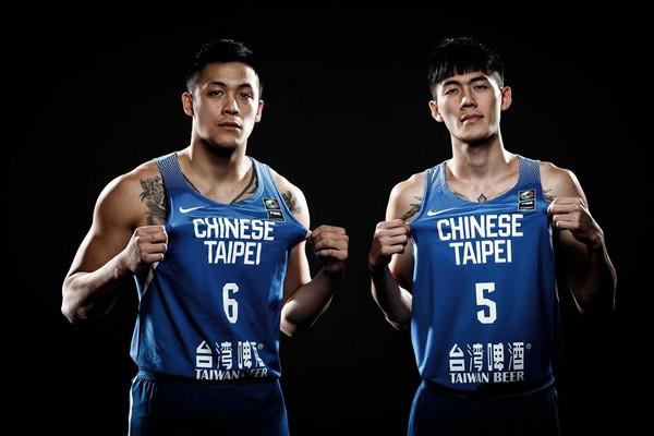 ▲劉錚、周儀翔拍攝本屆亞洲盃定裝照帥氣入鏡。(圖/取自FIBA官網)