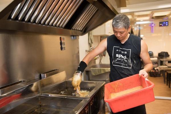 老闆余國雄炸功一流,讓炸雞外皮脆酥,但雞肉仍舊鮮嫩多汁。