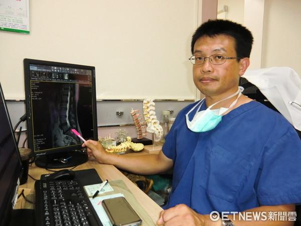 ▲院長楊椒喬指出患者爆裂型突出的椎間盤位置。(圖/活力得中山脊椎外科醫院提供)