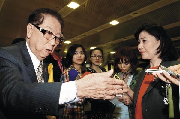 2012年財政部長劉憶如(右)推出新版證所稅方案,阿土伯(左)大聲反對。(聯合知識庫)