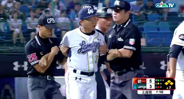 ▲Lamigo桃猿總教練洪一中上場抗議好壞球,被驅逐出場。(圖/翻攝CPBL.TV)