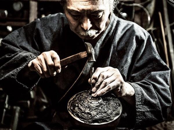 三度攜手日本第三代金屬工藝藝術家-淺野 美芳(Bihou Asano) 將日本傳統金屬鎚起 (Tsuiki)工藝-霞鎚目(Kasumi-tsuchime)融入腕錶設計中