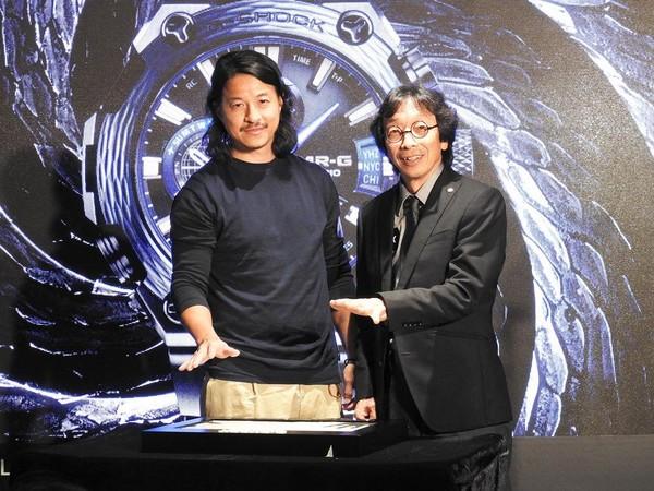 G-SHOCK之父伊部菊雄Mr. Kikuo Ibe(右),攜手知名藝術家及人稱香港公仔教父的Michael Lau(左),為MR-G打造出獨一無二的藝術品