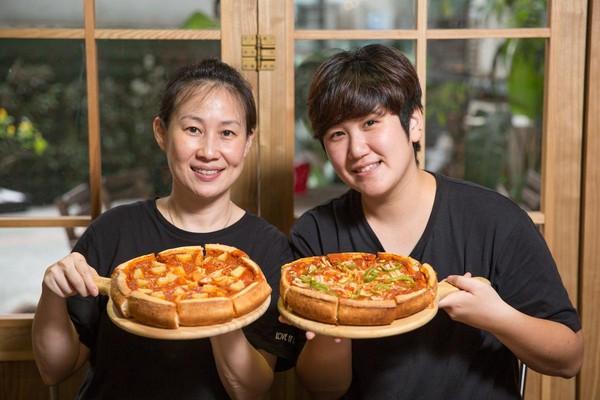 善於烘焙的Jenny(左)和主修設計的Joy(右),共同創建這家聯合美式摒擋和甜點的餐廳。