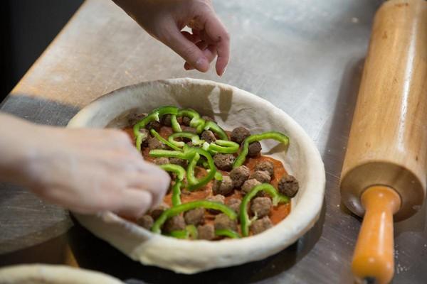 內餡會擺進富厚配料,像是臘腸和手工牛肉丸。