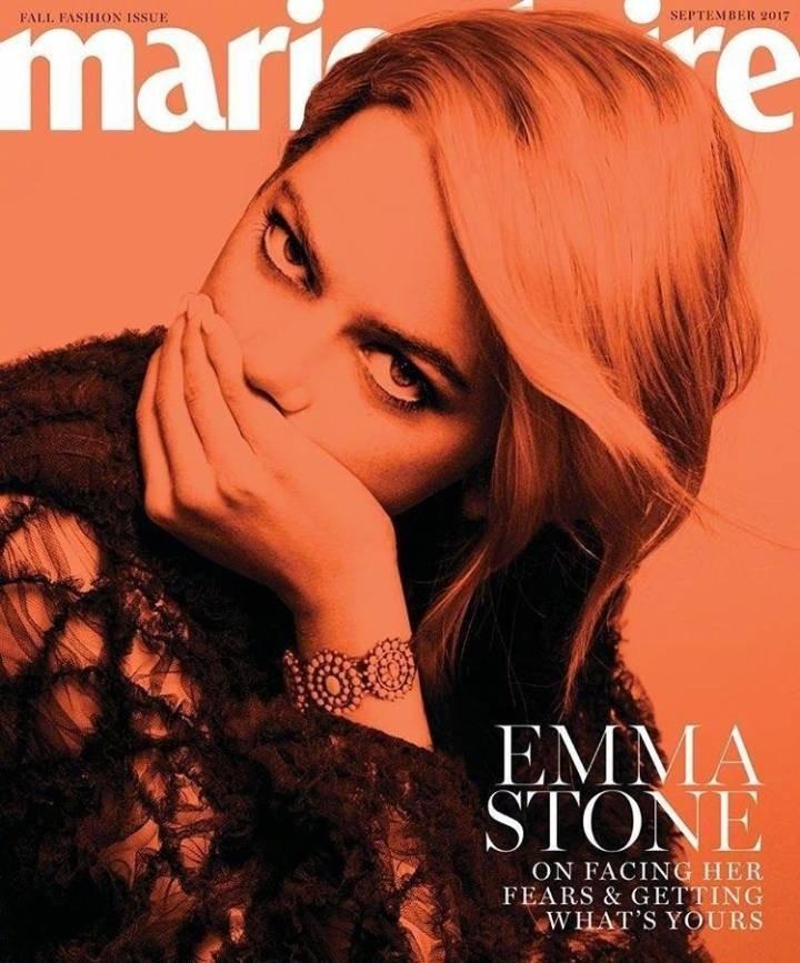 ▲艾瑪史東穿Dior配牛仔帽登封 露側乳性感滿分。(圖/翻攝自Daily街拍微博)