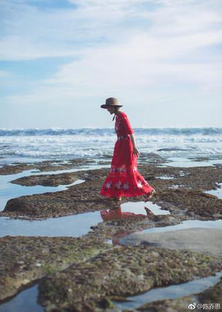 ▲陳喬恩去海邊玩穿愛馬仕涼鞋 。(圖/翻攝自陳喬恩臉書)