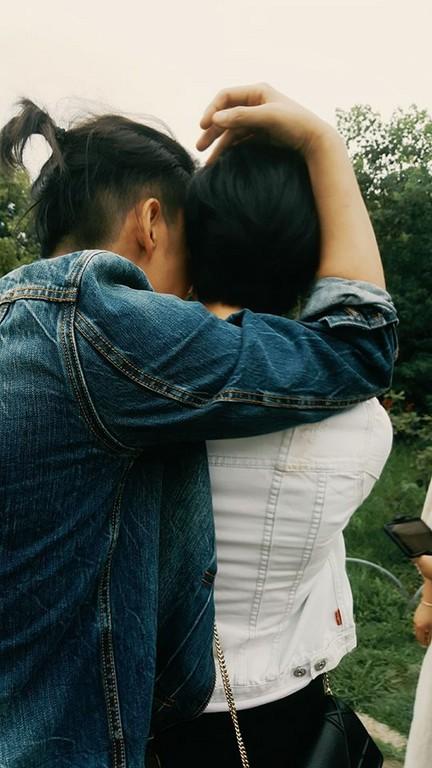 ▲▼賴雅妍、陳楚河東京約會 「親密照流出」背後環抱勾頭。(圖/翻攝自《完全娛樂》臉書)