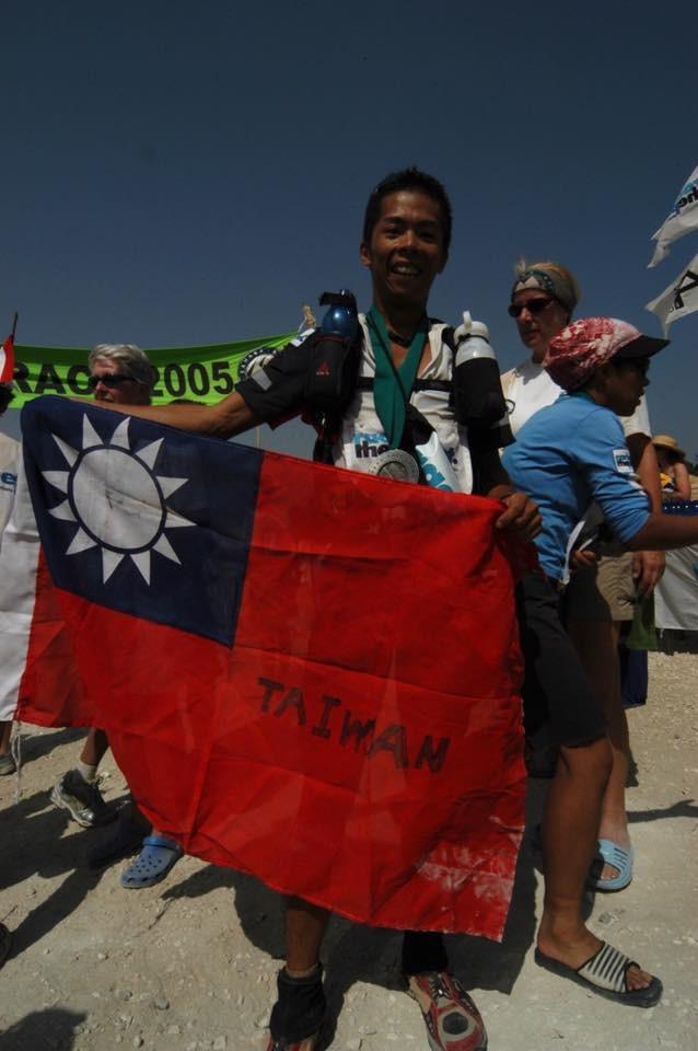 林俊傑PO拿國旗照照片嗆酸民。(圖/翻攝林義傑臉書)