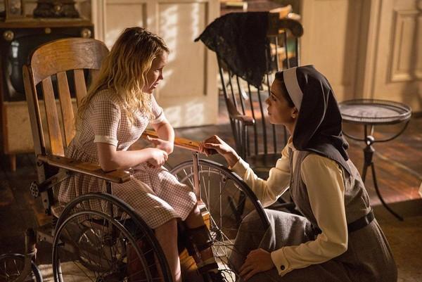 《安娜貝爾:造孽》中的「主嚇」珍妮絲(左),是個患有小兒麻痺的好奇寶寶。(華納兄弟提供)