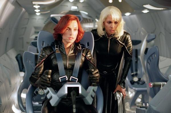 在《X戰警2》,琴葛雷與暴風女一起作戰。