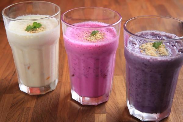 「新鮮特調水果奶昔」不加一滴水,奶香濃醇。(120元/杯)