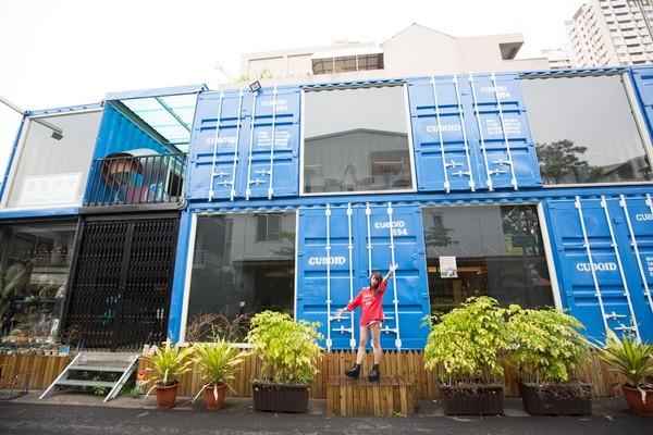 「茶予茶Cuboid台中人氣貨櫃冰飲」的藍色貨櫃屋是超夯打卡景點。
