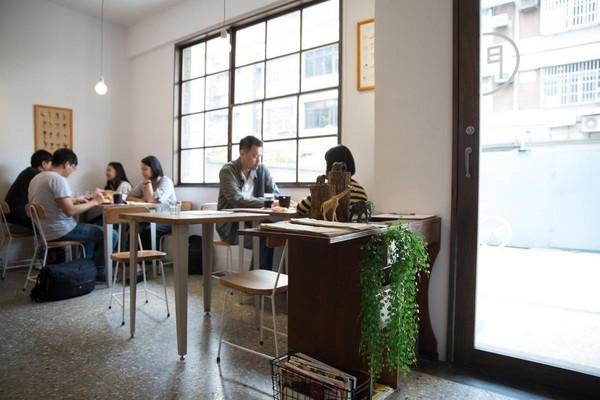 「早伴早餐」保留老宅的木窗、磨石地板及鐵花窗等元素,整體空間明亮開朗,一早來這吃早餐感覺好放鬆。