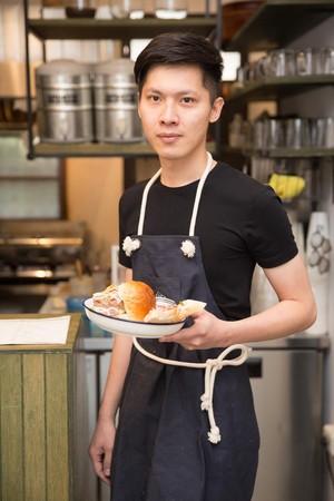 早伴早餐老闆賴建銘大學時期愛揪伴吃早餐,現在圓夢經營早午餐店。
