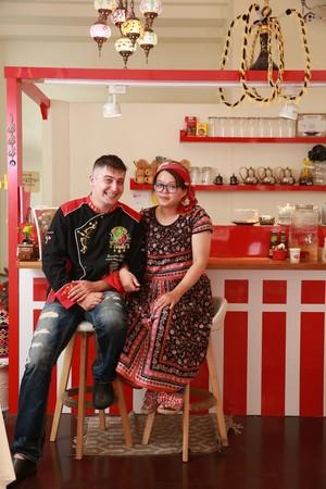 夫妻倆親手設計紅白色調的吧台,洋溢土國熱情。