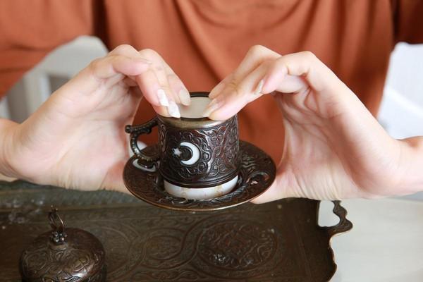 咖啡喝完,杯口倒叩,靜待占卜。