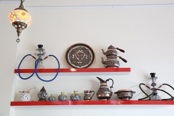 牆面擺上土耳其水煙壺、杯具和盤組。