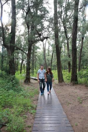 夫妻倆走進「漁光島森林木棧道」,Yunus說,這兒離家近,隨時可享受偷閒時光。