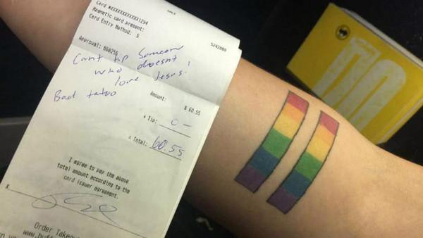 因為手臂的「彩虹刺青」,服務生遭恐同客人言語攻擊(圖/翻攝自推特/@EmilySotakoun)