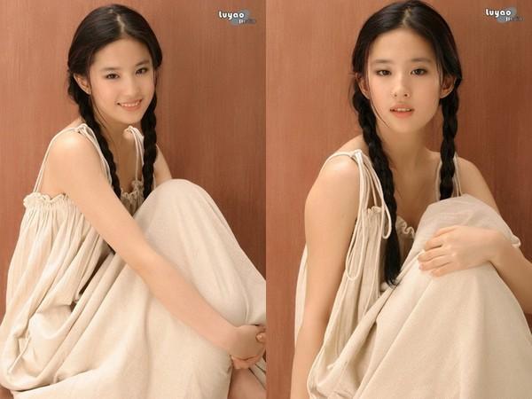 ▲劉亦菲細肩帶連身裙清純甜美。(圖/翻攝自《新浪娛樂》)