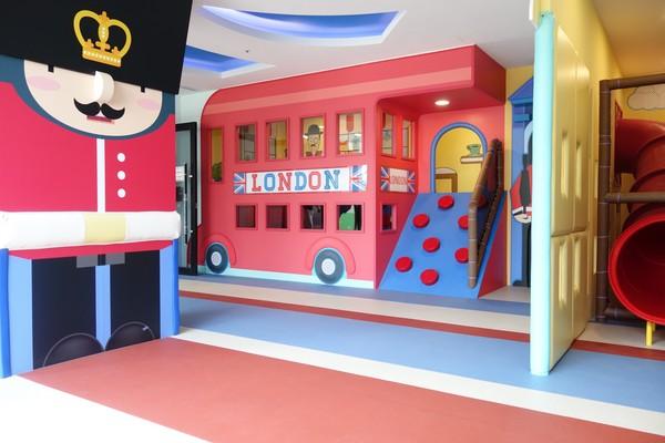 ▲▼「遠雄一品」兒童遊戲室以英國國旗及皇家禁衛騎兵為設計主軸,設置溜滑梯道、遊戲平台、攀爬牆等。(圖/業者提供)