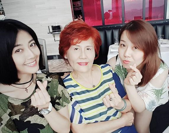 韓瑜和媽媽、妹妹合照。(圖/翻攝自韓瑜臉書)