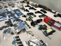 ▲好多槍!10天動員3萬警,全台緝獲111把槍還發現機槍子彈。(圖/記者柳名耕攝)