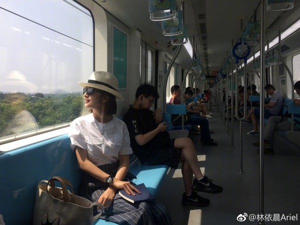 ▲野生林依晨搭捷運。(圖/翻攝林依晨微博)