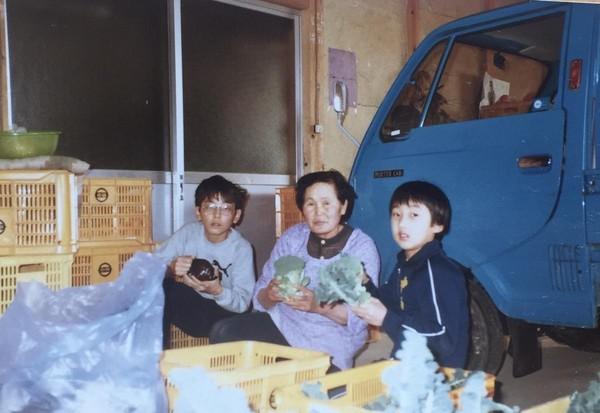 飽受家庭暴力的野崎孝男(右),自嘲在家從未有過任何美好的回憶。圖為與奶奶(中)、大哥(左)合影。(野崎孝男提供)