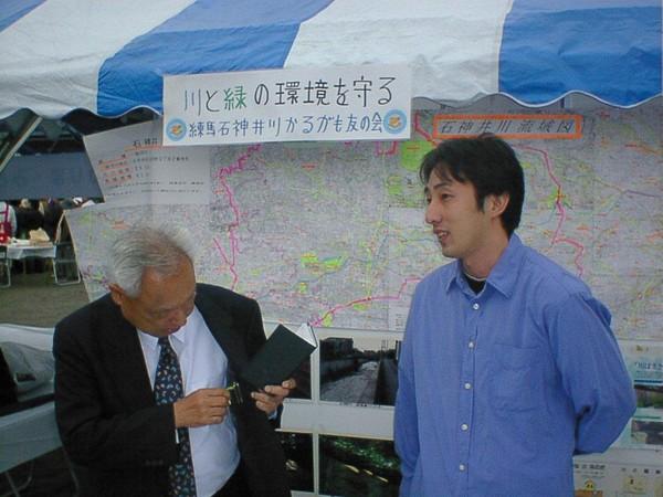 看不慣政治亂象,野崎孝男(右)2003年參選並順利當選東京都練馬區議員。(野崎孝男提供)