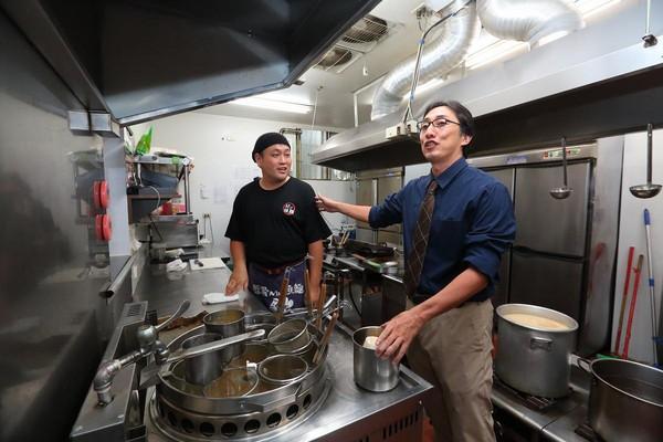 近年鮮少下廚煮麵的野崎孝男,靠在日本吃到的口味,請原是廚師的店長調整。