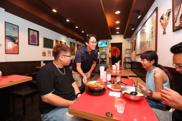 中午用餐時間,野崎孝男(中)熱情與客人打招呼。