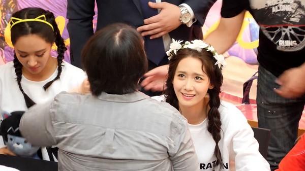 ▲10年鐵粉現身,少女時代潤娥、俞利、孝淵都哭了。(圖/翻攝自YouTube 푸렌)