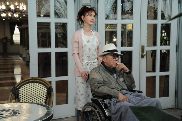 82岁的编剧仓本聪(右),与演唱主题曲《慕情》的中岛美雪(左),在《安宁