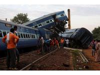 ▲▼印度火車出軌23死74傷。(圖/路透社)