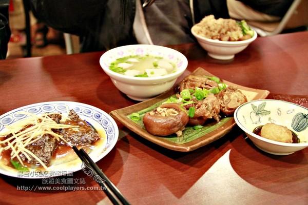 非常傳統古早味的台南米糕 灑上魚鬆、肉燥!