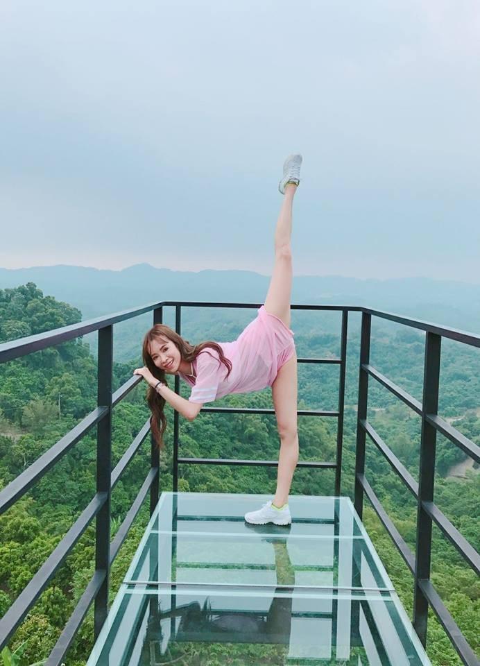 ▲▼茵茵「用身體記錄台灣」 天空步道劈一字馬騰在空中。(圖/翻攝自茵茵臉書)