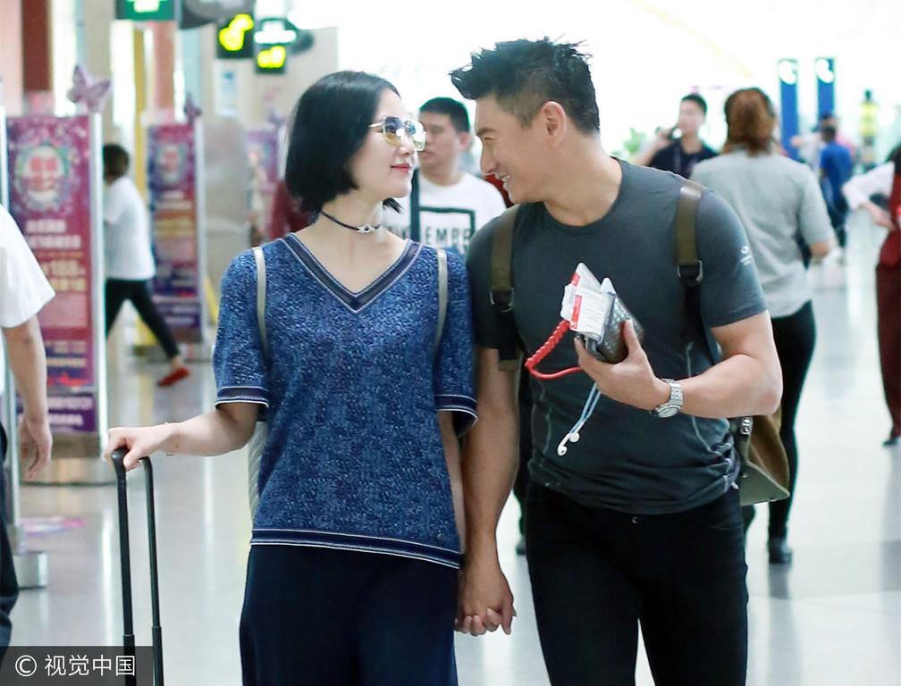 刘诗诗,吴奇隆机场十指紧扣 圆形行李箱画好闪