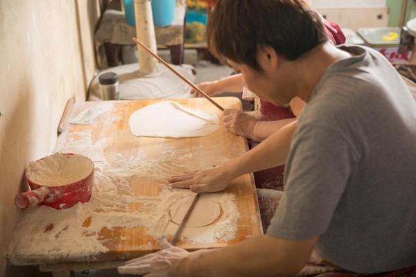 烙餅選用中筋粉心粉,每張都是手桿而成。