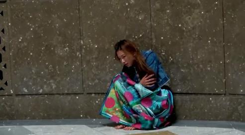 ▲▼林志玲綁雙馬尾跪坐雪地 街頭叫賣火柴遭搶惹哭網友。(圖/翻攝自《旅行的花樣》微博)