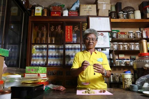 「養生堂」老闆張金宗出生中藥世家,他善用對中藥的專業知識與對烹飪的熱情,料理出一道道美味佳餚。