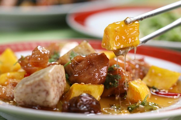 「蜜汁雞」用的是地瓜、芋頭與梅子汁,熬出的蜜汁濃稠坎絲。(1,800元,3人份桌菜菜色)