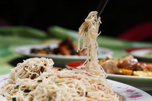 有別於一般多半是拌炒的細麵,張金宗的「炒麵」吃起來條條分明。(1,800元,3人份桌菜菜色)