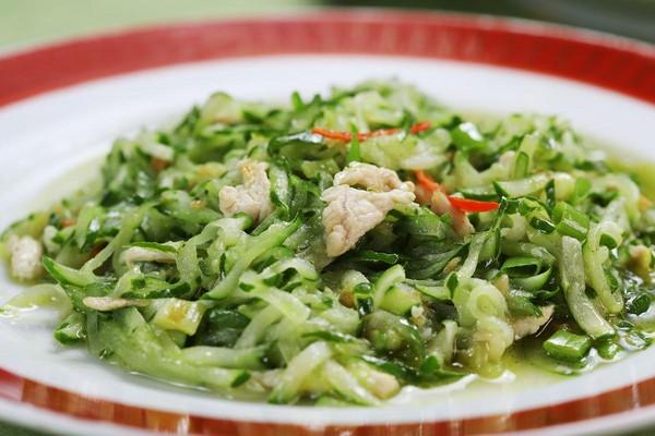 小時候也不喜歡吃小黃瓜的張金宗,長大改良做法,讓「小黃瓜絲」少了草味。(1,800元,3人份桌菜菜色)