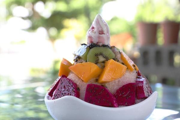 「百香果水果冰」用上新鮮大塊的火龍果、芒果與奇異果,淋上香氣十足的百香果糖漿與一球自製霜淇淋,吃完超級滿足。(150元/份)