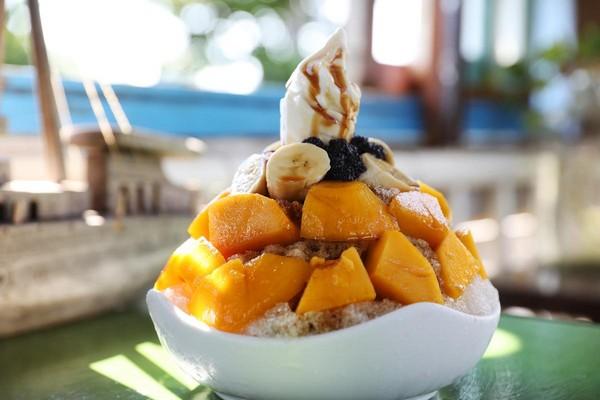 同樣人氣第一名的「黑糖水果冰」,除了芒果與香蕉之外,黑糖糖漿也是老闆娘親自熬煮。(150元/份)