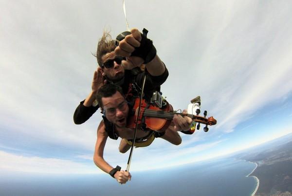 「裸体小提琴手」高空演奏生日快乐歌 离地4570米跳伞