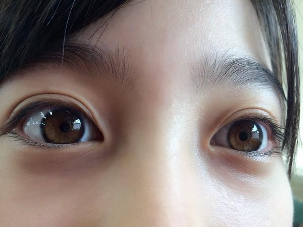 ▲橋本環奈模仿貓頭鷹眼神,近距離自拍高清美瞳。(圖/翻攝自橋本環奈推特)